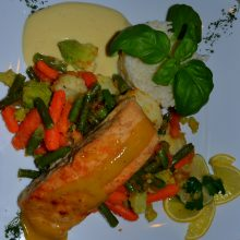 Łosoś w sosie cytrynowym z gotowanymi warzywami